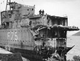Brytyjski niszczyciel HMS Eskimo po uszkodzeniu przez torpedę w trakcie bitwy o Narvik.
