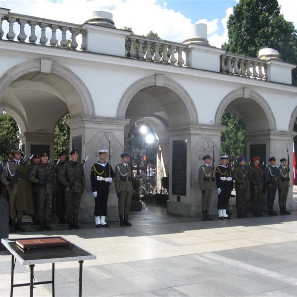 Bitwa pod Tomaszowem Mazowieckim została upamiętniona na Grobie Nieznanego Żołnierza w Warszawie. Na zdjęciu warta honorowa.