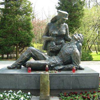 Pomnik sanitariuszki w Kołobrzegu.