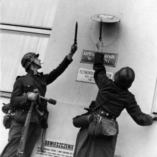 Niemcy po przekroczeniu granicy niszczyli wszelkie symbole państwa polskiego.