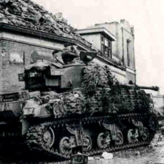 Często w 1944 roku na ulicach Moerdijk mieszkańcy napotykali przejeżdżające czołgi wojskowe.