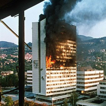 Oblężenie Sarajewa trwało od 5 kwietnia 1992 roku do lutego 1996 roku.