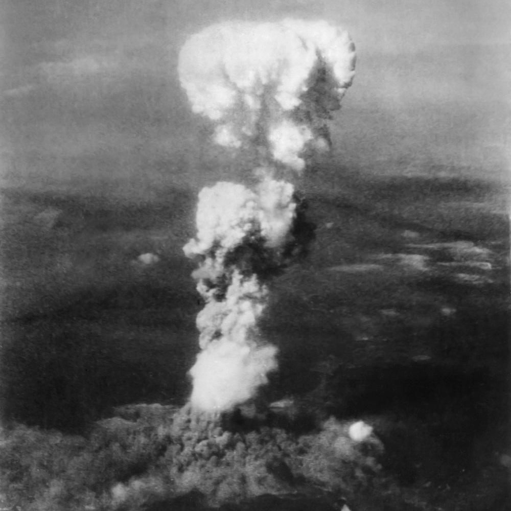W wyniku wybuchu bomby zginęło ponad 100 tysięcy ludzi.