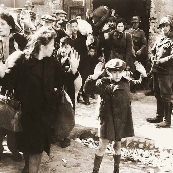 Ludność żydowska aresztowana podczas powstania w getcie warszawskim w 1943 roku.