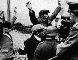 Niemcy przez cały okres okupacji stosowali zasadę odpowiedzialności zbiorowej. Na zdjęciu uwieczniono moment aresztowania trzech Polaków.