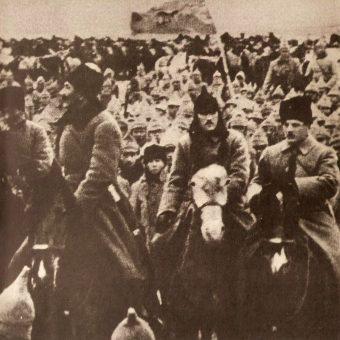 """Pod Ostrogiem polskie wojska starły się z """"Konarmią"""". Na zdjęciu Budionny wśród swoich żołnierzy."""