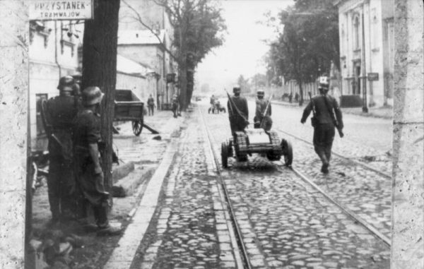 Wspomnienie eksplozji dostarczyło dodatkowych argumentów na rzecz podstępnego i zdradzieckiego działania hitlerowców.