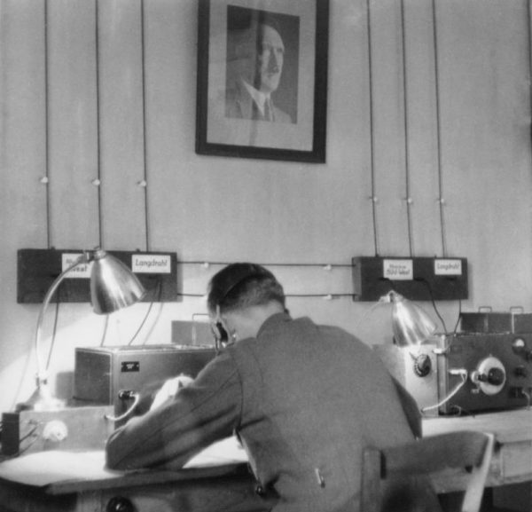 Czerniawski przekonał Abwehrę, że może zdobyć dla Niemców dużo informacji. Na zdjęciu żołnierz służby wywiadowczej w trakcie nasłuchu.