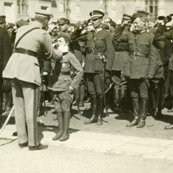 Józef Piłsudski wręcza odznaczenia obrońcom Płocka. Wśród nich mający w sierpniu 1920 roku 11 lat Tadeusz Jeziorowski.