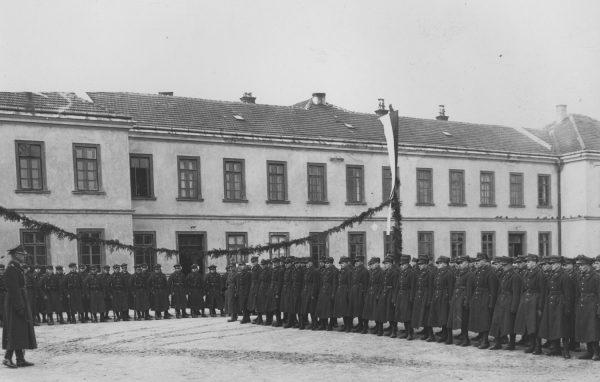Dziedziniec krakowskich koszar w 1937 roku