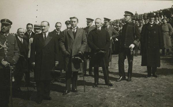Amerykański dyplomata (stoi w jasnym płaszczu) uważał, że Piłsudski uważa się za niemylnego.