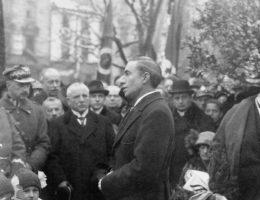 Gibson po dwóch latach spędzonych w Polsce, miał bardzo złe zdanie na temat naszych polityków. Na zdjęciu Gibson przemawia podczas osłonięcia w Warszawie pomnika wdzięczności wobec USA.