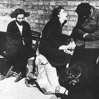 Kobiety wypędzone z Warszawy po zakończeniu powstania (fot. domena publiczna)