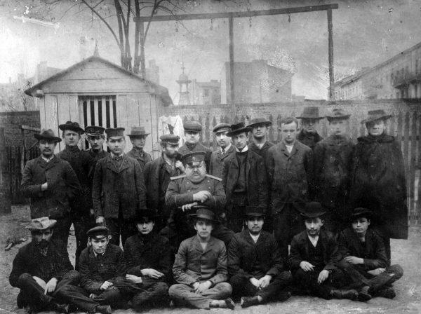 """Jednym z więzień budzących największą grozę było to znajdujące się na ulicy Długiej w Łodzi. Wszystko za sprawą naczelnika """"Grubego"""" (w środku)."""