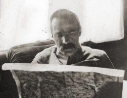 Józef Piłsudski nad mapą w okresie bitwy warszawskiej.