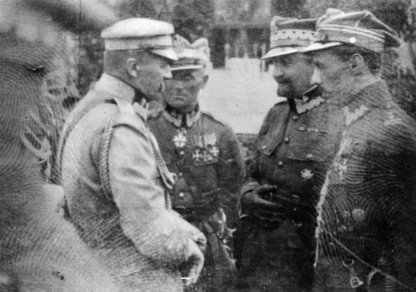 Autorem planu walnej rozprawy z bolszewikami pod Warszawą był marszałek Piłsudski. Swój udział w jego powstaniu miał również szef sztabu generał Rozwadowski (na zdjęciu drugi od prawej).
