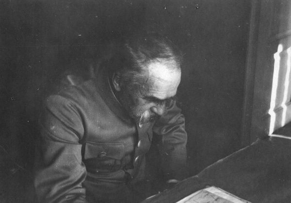 Gibson poza wadami dostrzegał również zalety Piłsudskiego, między innymi pracowitość.