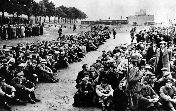 """Polacy aresztowani przez Niemców podczas """"akcji oczyszczającej"""" w Gdyni. Wielu z nich zostało później zamordowanych w Piaśnicy."""