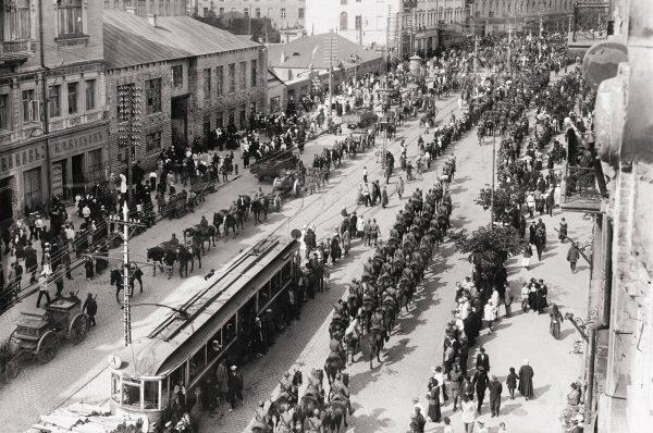 Uprzedzając bolszewicką ofensywę wiosną 1920 roku Piłsudski zdecydował się na wyprawę kijowską. Na zdjęciu defilada Wojska Polskiego w zajętym Kijowie. 7 maja 1920 roku.
