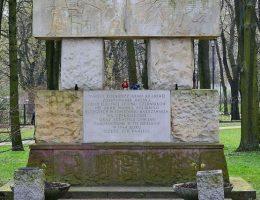 W jednym z warszawskich parków znajduje się pomnik dedykowany pamięci uczestników walk.