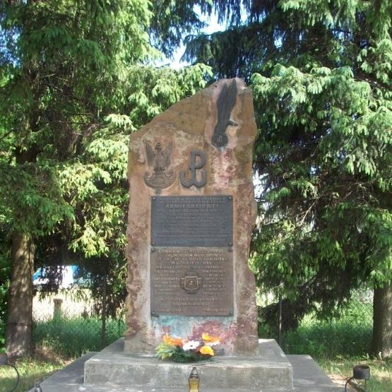 Pomnik upamiętniający poległych z okresu II wojny światowej, którzy walczyli w Lasach Suchedniowskich. Monument znajduje się w Suchedniowie.
