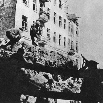 Żołnierze AK walczący na ulicach warszawskiej Pragi podczas powstania warszawskiego 1944 roku.