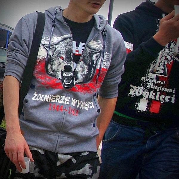 Przykład tak zwanej odzieży patriotycznej (fot. Stiopa, lic. CCA SA 4.0)