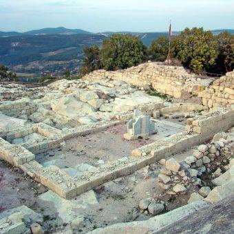 Ruiny świątyni z pozostałościami ambony w Perperikonie (fot. Anton Lefterov, lic. CC BY-SA 4.0)