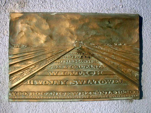 Tablica upamiętniająca polskie ofiary wysiedleń z Gdyni w trakcie II wojny światowej.