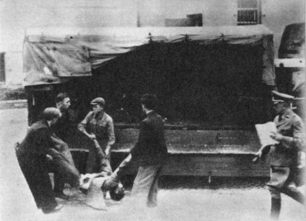 Usuwanie ciał ofiar jednej z dziesiątek publicznych egzekucji przeprowadzonych przez Niemców na terenie Warszawy.