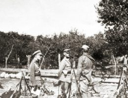 Władysław Sikorski z żołnierzami 5 Armii nad Wkrą.