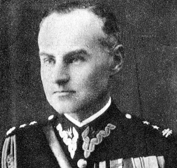 """Pułkownik Karol Ziemski """"Wachnowski"""" dowodzący obroną Starego Miasta otrzymał meldunek o zatrzymaniu """"małego czołgu rozpoznawczego""""."""