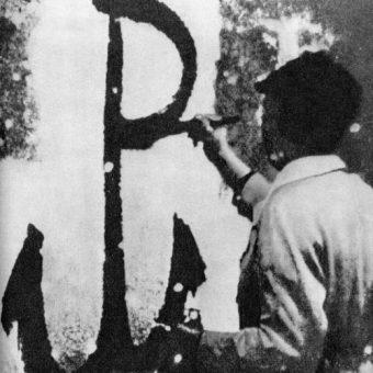 Znak Polski Walczącej malowany przez członka ruchu oporu.