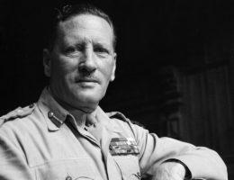 Wojskami brytyjskimi na froncie afrykańskim dowodził generał Claude Auchinleck.