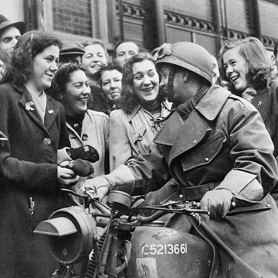 Polski żołnierz 1 Dywizji Pancernej witany przez mieszkańców Bredy po jej wyzwoleniu w 1944 roku.