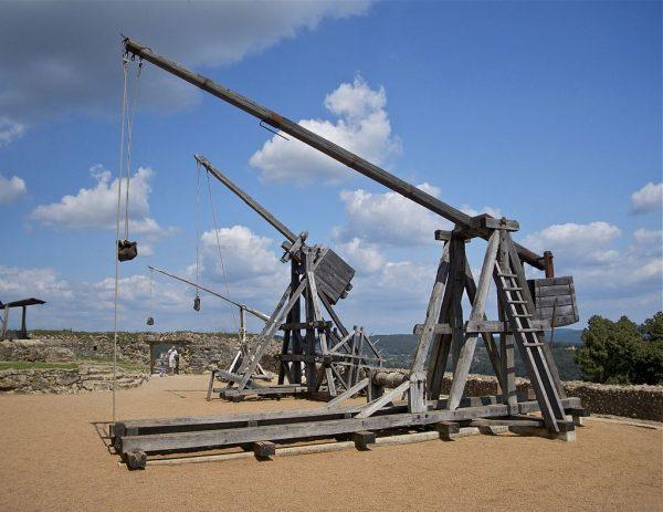 Do miotania pocisków służyły między innymi trebusze. Zdjęcie przedstawia zrekonstruowane urządzenia w Château de Castelnaud.