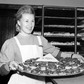 Specjalnością cukierni są między innymi pączki. Zdjęcie z lat 70. XX wieku.