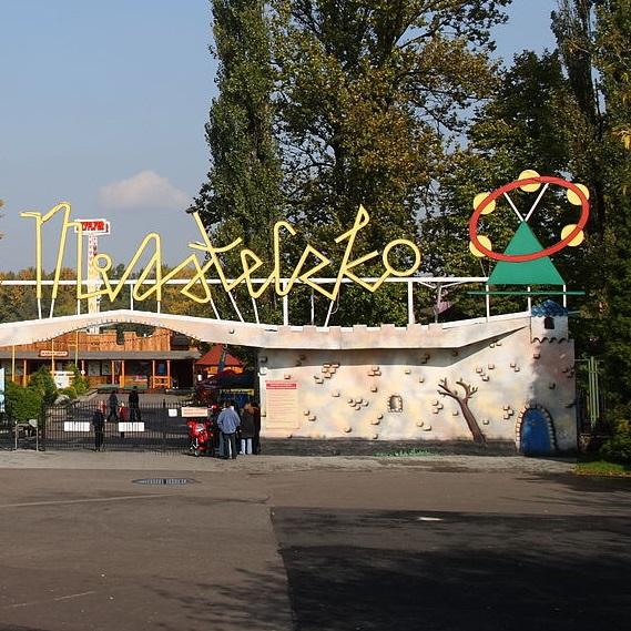 Śląskie Wesołe Miasteczko wybudowano na terenie Wojewódzkiego Parku Kultury i Wypoczynku (obecnie Park Śląski).