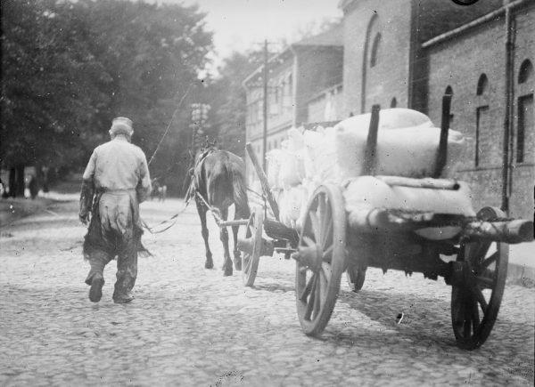 Po I wojnie światowej z Ameryki do Polski trafiły setki tysięcy ton żywności. Na zdjęciu transport amerykańskiej mąki do jednego z magazynów w Warszawie.