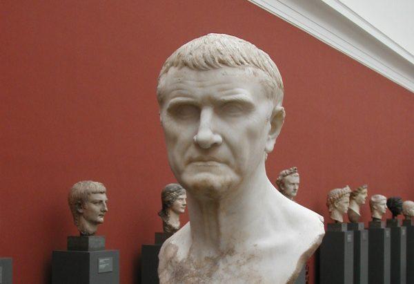 Krassus urodził się w bogatej rodzinie. Jego przodkowie zajmowali w Rzymie najwyższe stanowiska. Popiersie z muzeum w Kopenhadze.