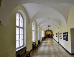 Korytarz w Liceum i Gimnazjum Batorego w Warszawie (fot. Adrian Grycuk, lic. CC BY-SA 3.0 pl)