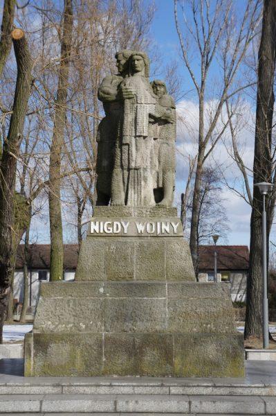 Pomnik zaprojektowany przez Józefa Gosławskiego, znajdujący się na terenie dawnego obozu w Żabikowie.