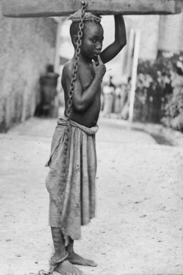 Mały niewolnik z Zanzibaru u schyłku XIX wieku. Dzieci pozbawione wolności zmuszano do ciężkiej pracy. Jak pokazują nowe badania, ta praktyka znana jest ludzion od bardzo dawna (fot. domena publiczna).