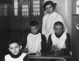 """Mali pacjenci zakładu psychiatrycznego w Chełmie. Dla Niemców by byli oni """"warci życia""""."""