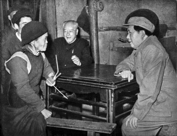 Mao wiedział, co dzieje się na prowincji. Nie zdecydował się jednak na przerwanie Wielkiego Skoku. Zdjęcie z 1958 roku.
