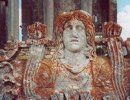 Rzeźba ze świątyni Zeusa Aizanoi (fot. China_Crisis, lic. CC BY-SA 2.5)