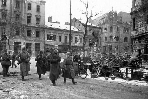 Niemcy musieli w końcu cofnąć się pod naporem wojsk radzieckich. Na zdjęciu żołnierze Czerwonej Armii w zdobytym mieście.