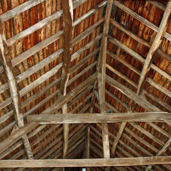 Stara drewniana konstrukcja dachu (fot. inkflo, lic. CC0)