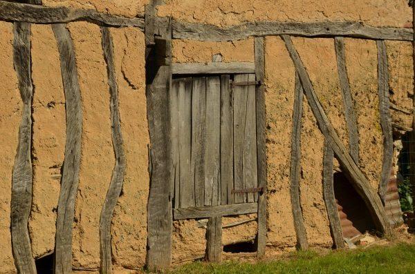Stary mur z drewna i gliny (lic. CC0)