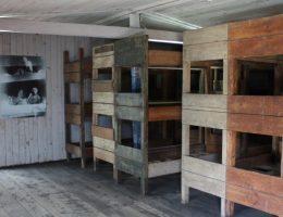 Sztutowo, były hitlerowski obóz koncentracyjny, baraki (fot.Ludwig Schneider, lic. GNU FDL)